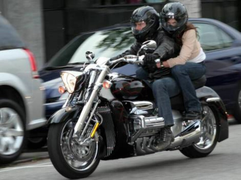 Code: X17XX8 - Madison-Marcel, Beverly Hills, USA, 06.06.2005: The very public lovebirds Tom Cruise and Katie Holmes made a roaring entrance at the Ivy in Beverly Hills for an early dinner.  The pair arrived on Cruise's flashing Honda motorcycle and were Foto: All Over Press