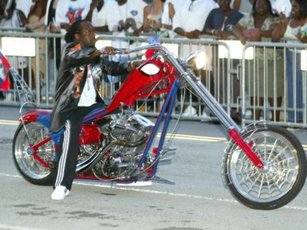 MIAMI - OCTOBER 13:  Rapper Wyclef Jean arrives on a motorcycle at The Source Hip-Hop Music Awards 2003 at the Miami Arena on October 13, 2003 in Miami, Florida. The show will air on the BET network November 11 at 8 p.m.  (Photo by Scott Gries/Getty Image Foto: All Over Press
