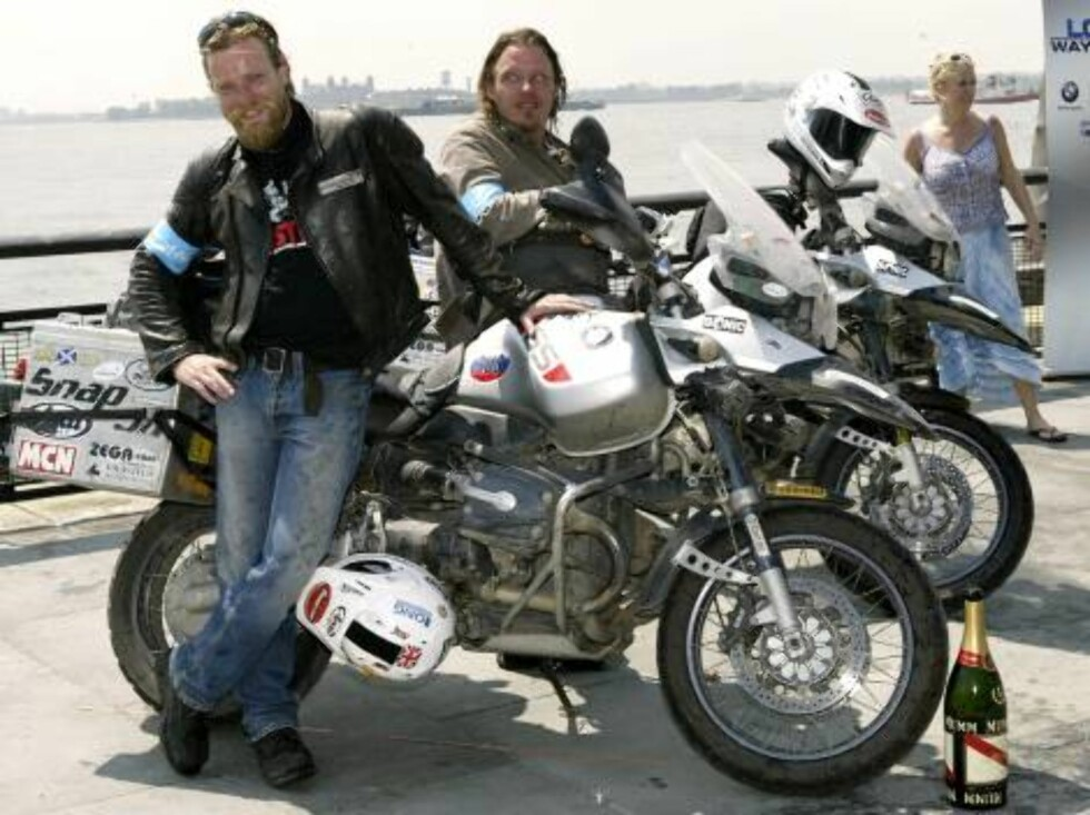 NEW YORK - JULY 29:  Actors Ewan McGregor (L) and Charley Boorman pose for a photo after riding into Battery Park completing their 20,000 mile motorcycle expedition around the world July 29, 2004 in New York City. (Photo by Paul Hawthorne/Getty Images) / Foto: All Over Press