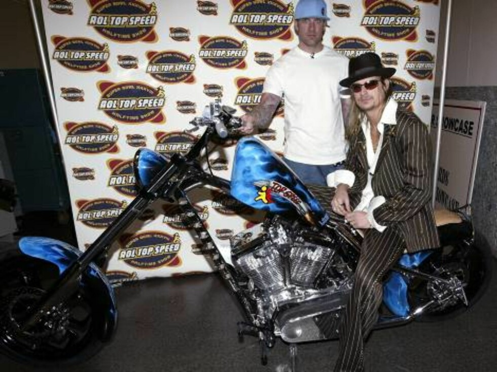 HOUSTON - JANUARY 29:  Musician Kid Rock and motorcycle designer Jesse James pose for a photo with the AOL Top Speed motorcycle following a press conference for the half-time show for Super Bowl XXXVIII at the George R. Brown Convention Center January 29, Foto: All Over Press