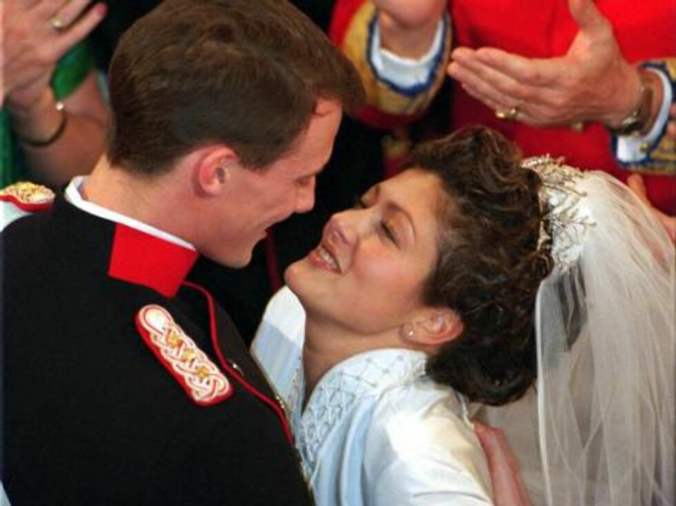 (FILES) Danish Prince Joachim, the youngest son of Queen Margrethe, and Hong Kong-born Princess Alexandra dance their wedding waltz at the Royal Palace of Fredensborg 19 November 1995. The royal couple, who have two sons aged five and two, announced their Foto: Scanpix