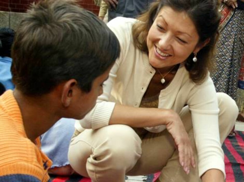 Princess Alexandra of Denmark, right, interacts with a boy during her visit to a school for underprivileged children in New Delhi, India, Thursday, Nov. 11, 2004. Princess Alexandra is on a four-day trip to India as an official UNICEF ambassador. (AP Phot Foto: AP/Scanpix