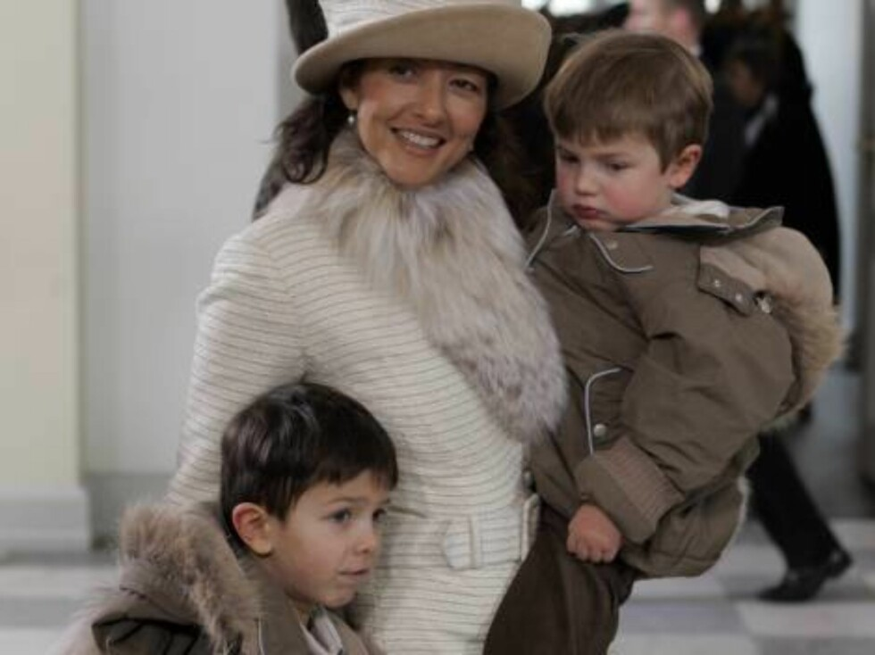 GIFTER SEG: Alexandra er svært glad i sønnene hun har sammen med prins Joachim, Nikolai og Felix. Foto: AP/Scanpix
