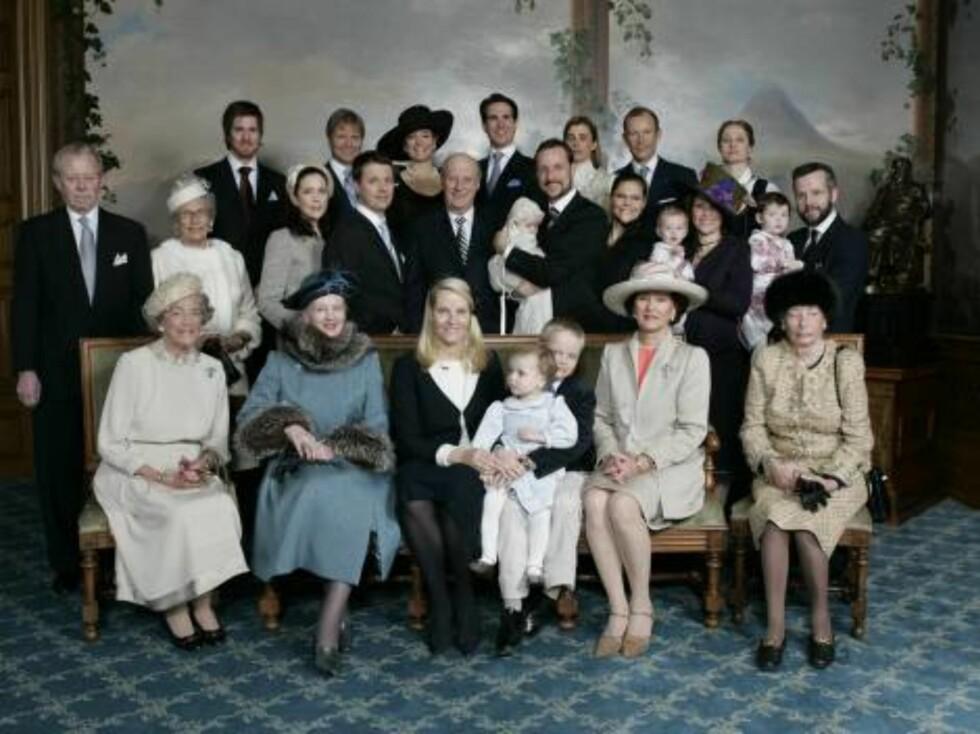 GIFTER SEG: Alexandra sammen med resten av det europeiske kongehuset. Foto: AP/Scanpix