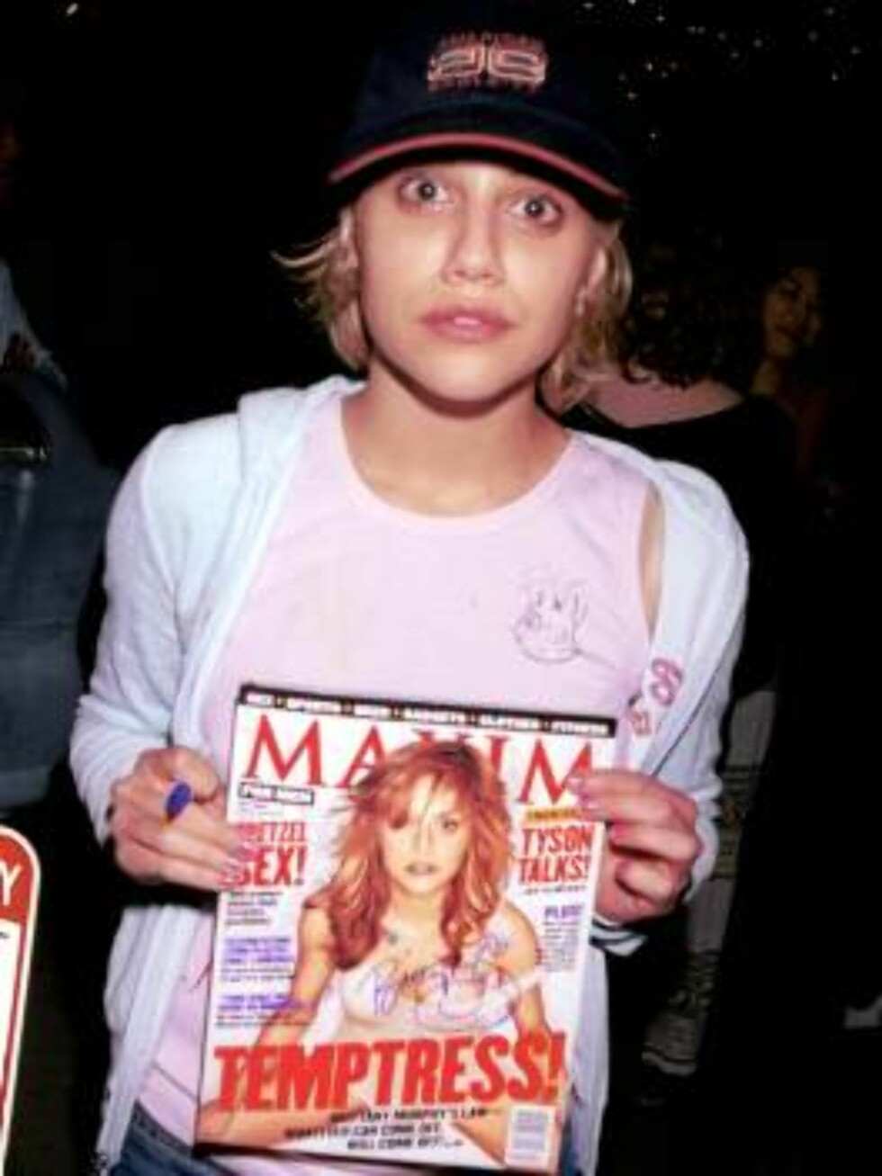 391383 06:  Actress Brittany Murphy holds up a Maxim magazine outside Mr. Chow's restaurant June 29, 2001 in Beverly Hills, CA.  Murphy is featured on the cover of the magazine.  (Photo by Getty Images) ALL OVER PRESS Norway  Foto: All Over Press