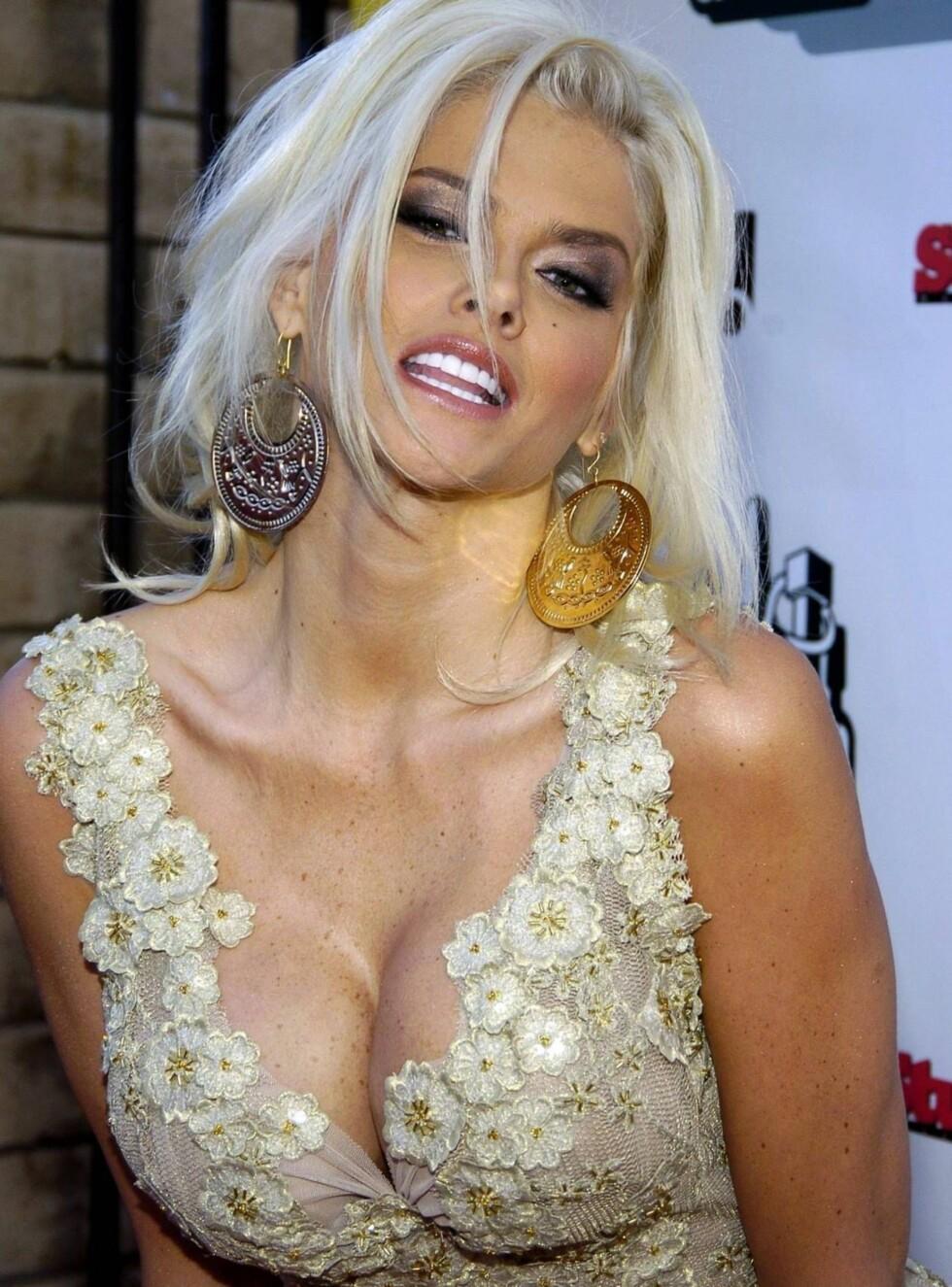 FLOTT: Anna Nicole Smith elsket å kle seg i kjoler, akkurat som forbildet, ikonet Marilyn Monroe. Monroe ble begravd iført favorittkjolen fra Emilio Pucci. Foto: All Over Press