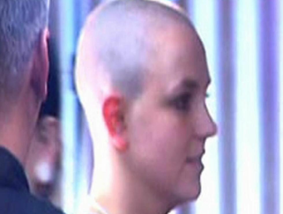 NY LOOK: Britney etter å ha barbert bort alt håret på hodet. Foto: SCANPIX