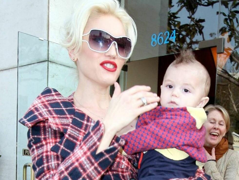 MAMMA: Lille Kingston er en ekte sjarmør. Men klarer han å sjarmere Angelina og Brads lille Shiloh? Foto: All Over Press