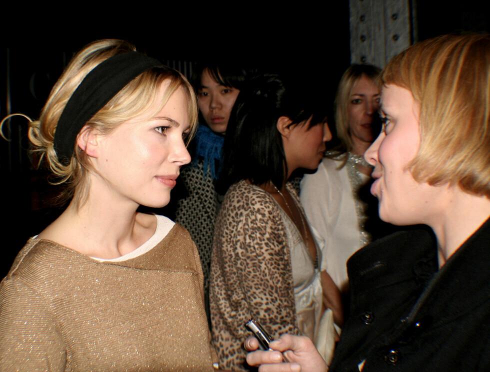 FORNØYD: Michelle Williams slår av en prat med Costumes moteredaktør Randi Svendsen.