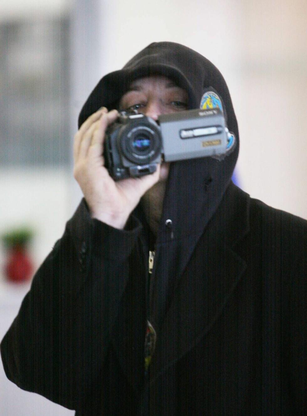 FILMET: Boy George foreviget hele pressekorpset i trass da han entret flyplassen i Paris ... Foto: STELLA PICTURES
