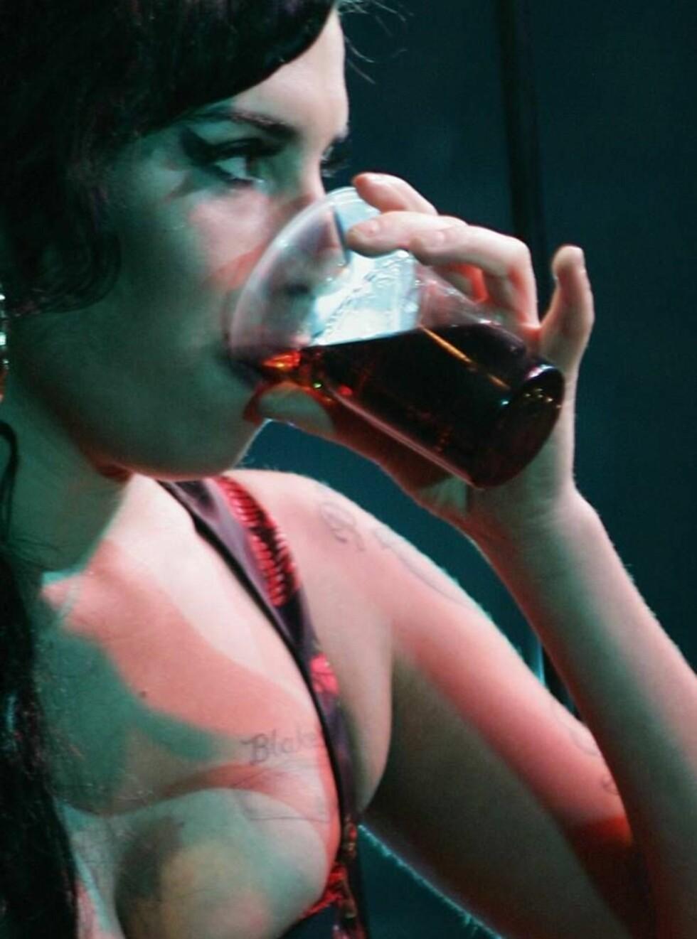 TØRST: Amy Winehouse lever virkelig opp til etternavnet sitt, men innrømmer at hun faktisk har et stort problem med alkohol.  Foto: All Over Press