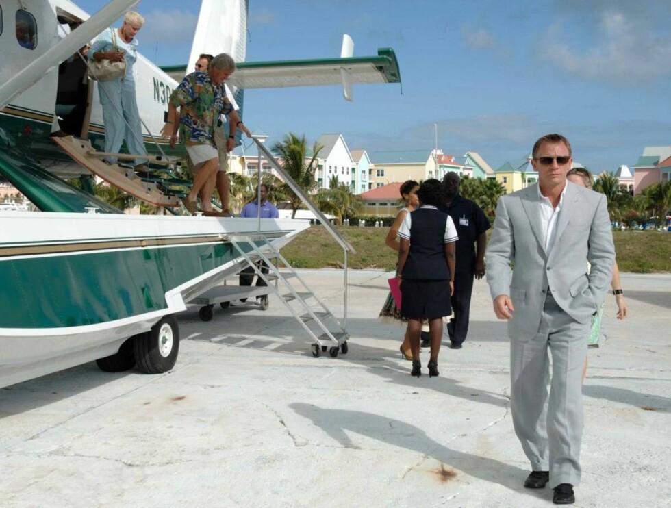 """I EKSOTISKE STRØK: Daniel Craig har fått gode kritikker for sin innsats i """"Casino Royale"""". Foto: Filmweb"""