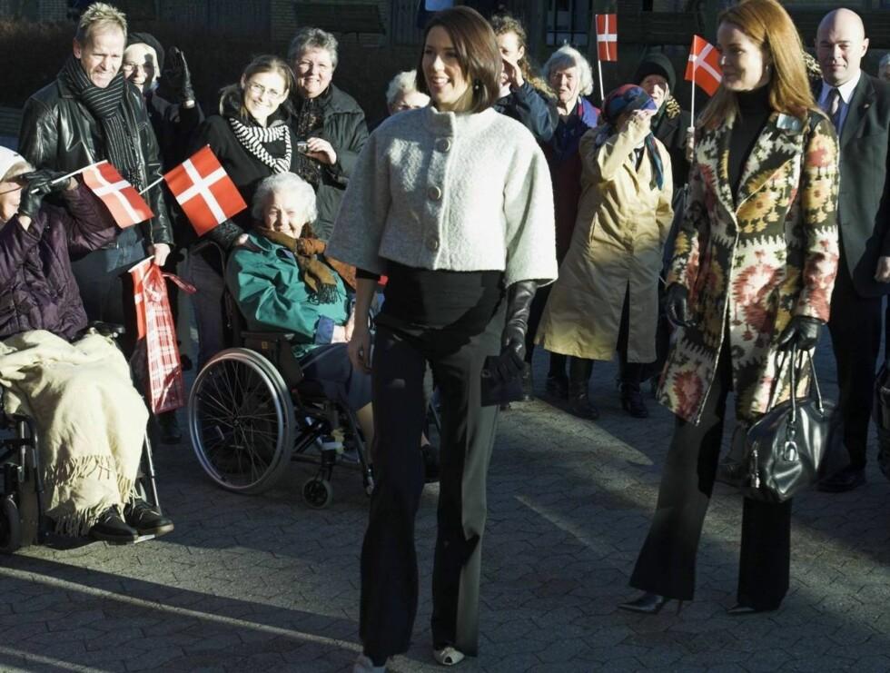 GLAD: Kronprinsesse Mary ble godt motatt av det danske folket under gårsdagens pleiehjem-besøk. Mange lurte nok på om det gjemmer seg en prins eller en prinsesse i magen hennes ... Foto: Stella Pictures