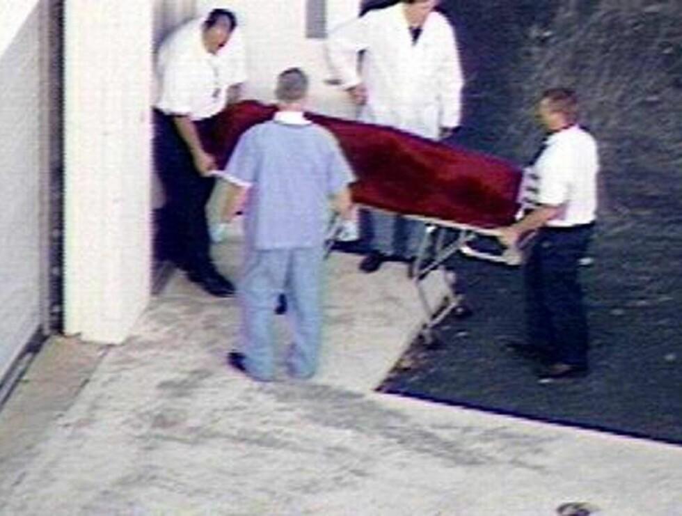 DØDSFALL: Anna Nicole Smith fraktes til sykehuset torsdag kveld. Foto: AP/Scanpix