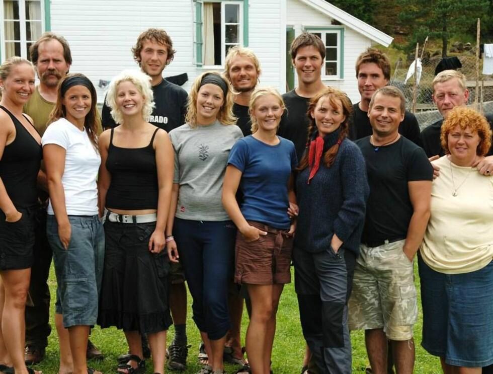 FARMEN 2007: Her er hele årets farmen deltagere samlet foran hytta de bor i. Innspillingen skjedde I Ny-Hellesund i Kristiansand. Foto: Erlend Berge, TV 2, Anders Mar