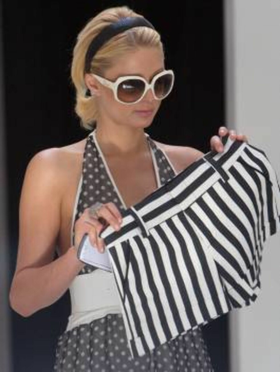Paris Hilton stopa at Taco Bell before going shopping for stripes shorts in Hollywood July 7, 2006 X17agency exclusive Foto: All Over Press
