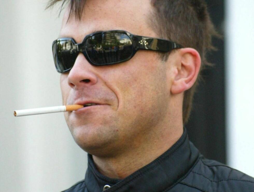 GUTTEN I RØYKEN: - Noen ganger flyr jeg venner over hit fordi jeg gisper, forteller Robbie om røykesuget. Foto: All Over Press