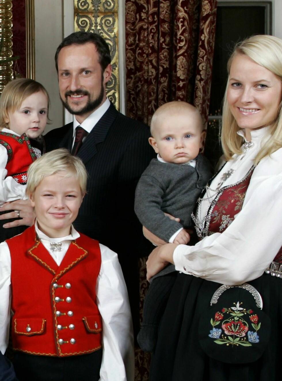 PAR: Mette-Marit, Haakon, Ingrid Alexandra, Sverre Magnus og Marius er lykkelige som aldri før. Men skilsmissen er allerede godt planlagt. Foto: AP/Scanpix