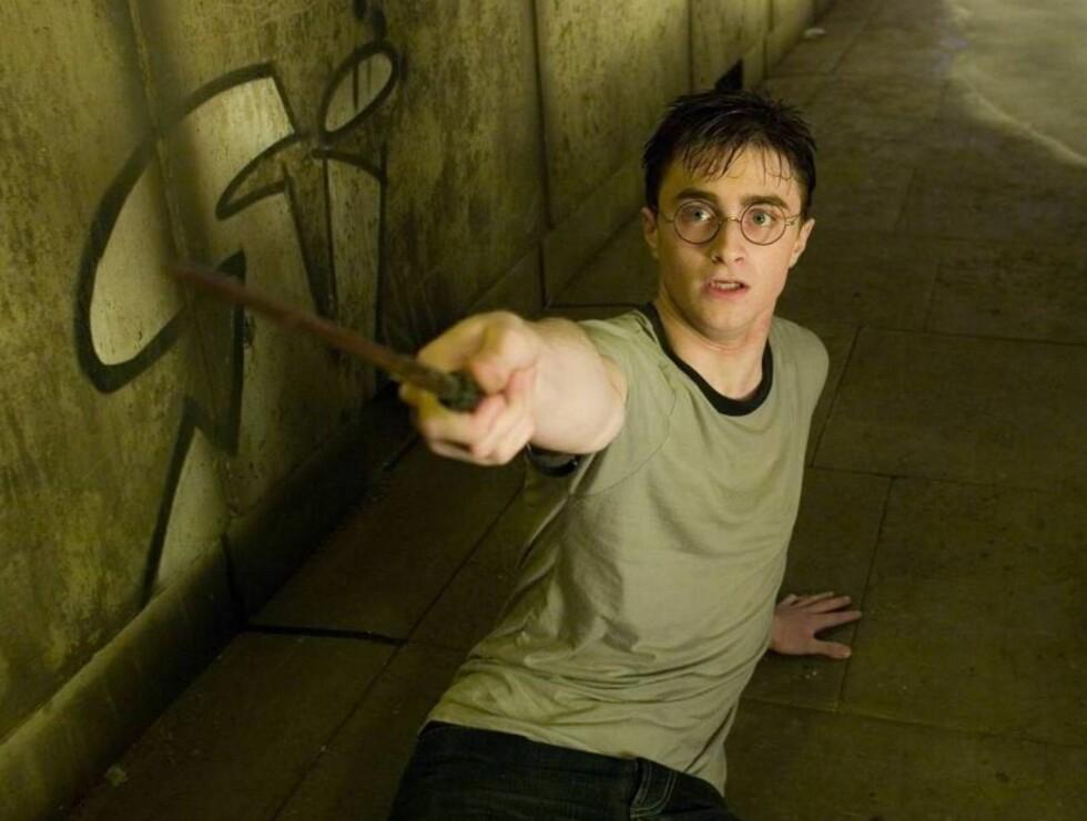 TRØBBEL: Det er ikke tryllestaven som skaffer Daniel Radcliffe problemer når han kaster klærne på teater. Foto: filmweb
