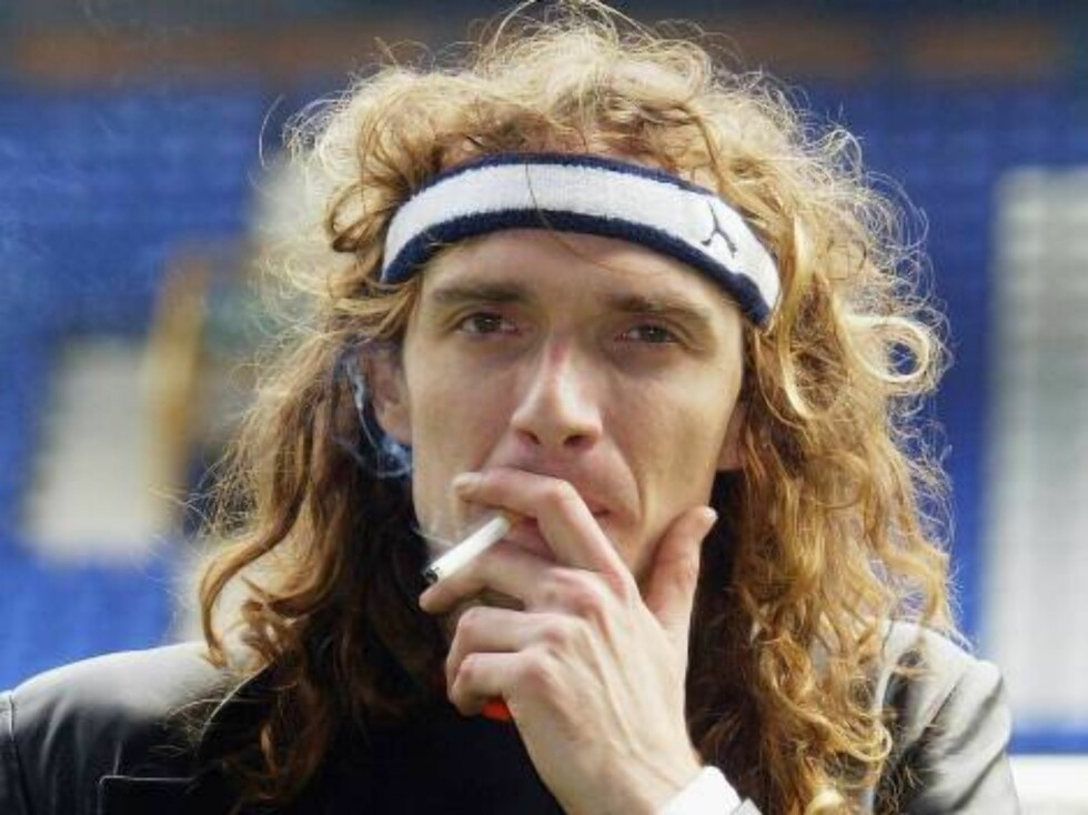 """LIVERPOOL, ENGLAND - MAY 9:  The Darkness' Lead Singer Justin Hawkins smokes a cigarette at annual """"Music Industry Soccer Six"""" fundraising tournament at Everton's Goodison Park on May 9, 2004 in Liverpool, England. Events also take place in London and Lee Foto: All Over Press"""