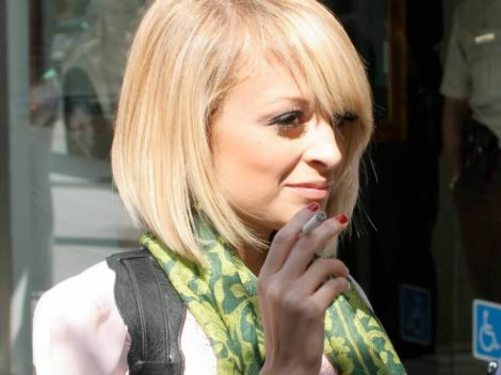 Simple Life star Nicole Richie playing a pregnant woman smoking in Beverly Hills. March 1, 2006 X17agency exclusive / ALL OVER PRESS Foto: All Over Press