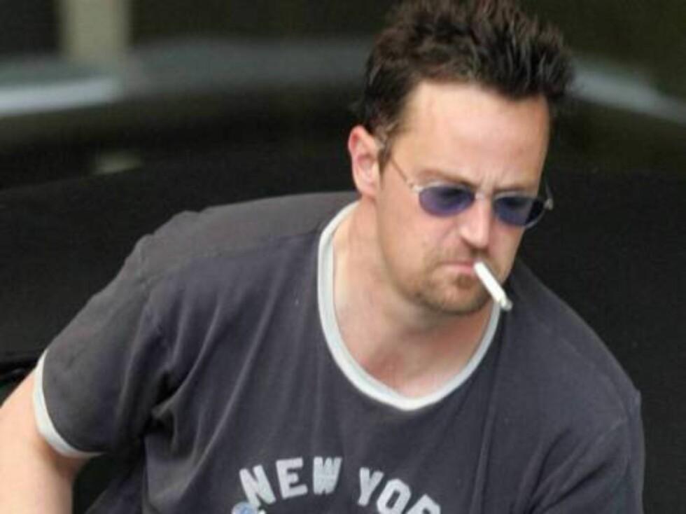 "RØYKER: Akkurat som rollefiguren Chandler i ""Friends"" liker Matthew Perry å røyke. Foto: x17"