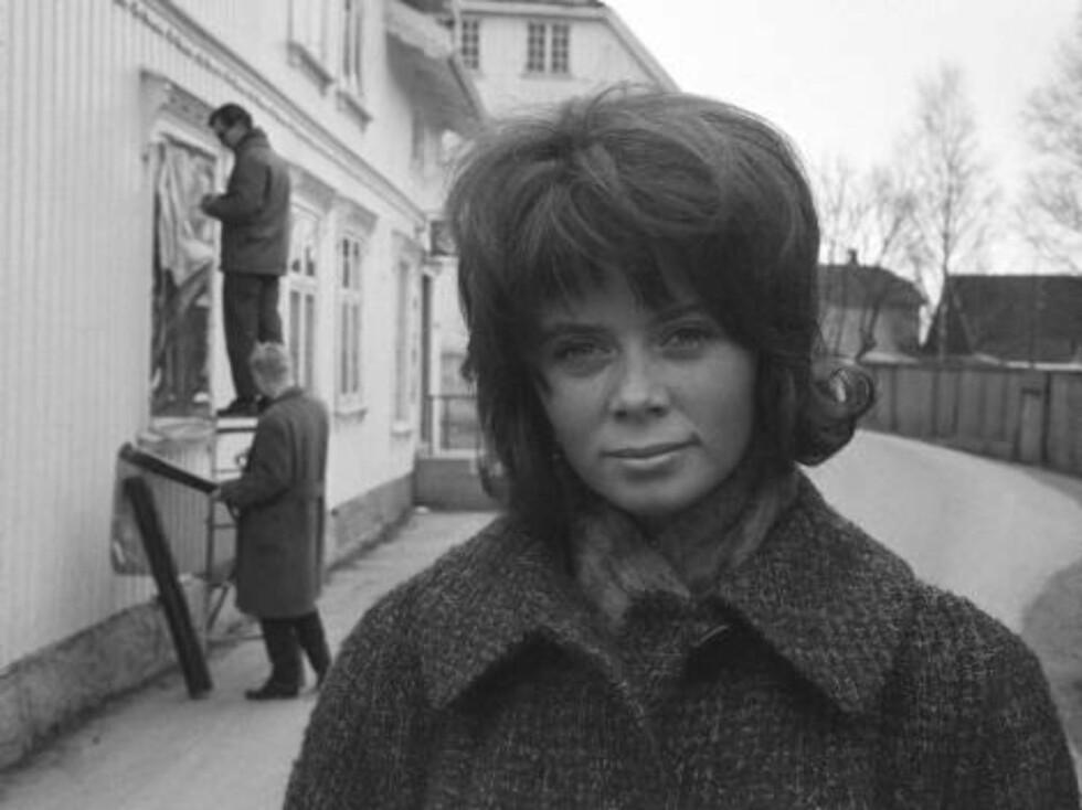 """13. april 1963.Terje Stigens roman """"Elskere"""" filmatiseres.Her 16 år gamle Wenche Myhre som spiller en vanskapt, kjærlighetshungrende småpike. Foto: Sverre A. Børretzen / Aktuell / SCANPIX Foto: Scanpix"""