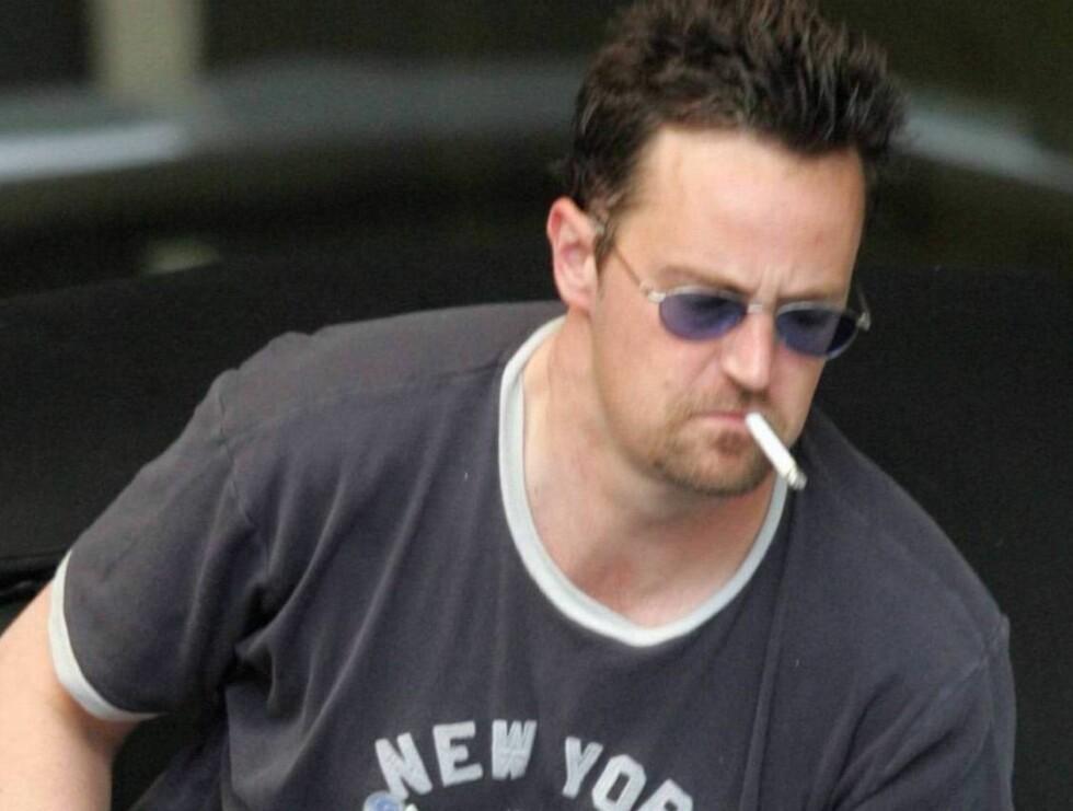 PUFF-PUFF: Matthew Perry dampende på en sigarett. Foto: x17