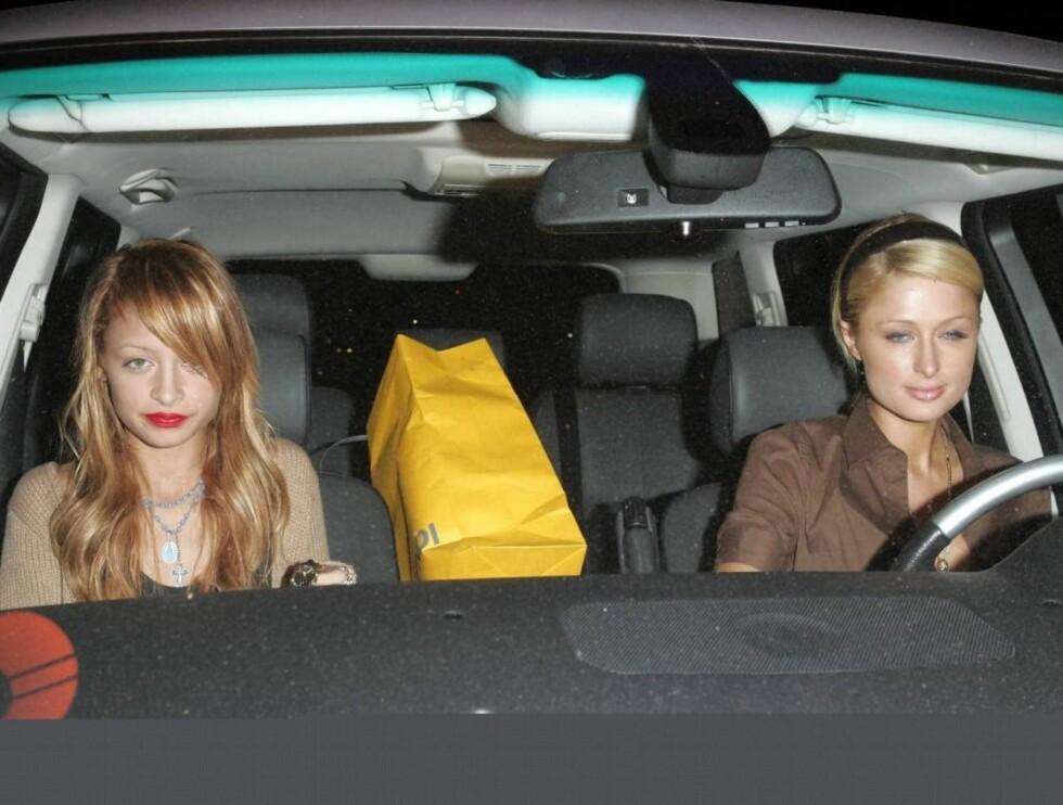 DØMT: Det var i september at Paris Hilton ble tatt for å kjøre med alkohol brusende i blodet - bak rattet! Her er hun under en tidligere kjøretur med Nicole Richie. Foto: All Over Press