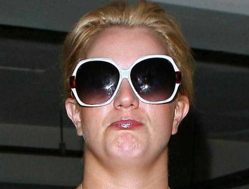 UGJENKJENNELIG: Solbrillene er blitt Britneys nye varemerke og hun gir blaffen om hun kler dem eller ikke. Foto: All Over Press