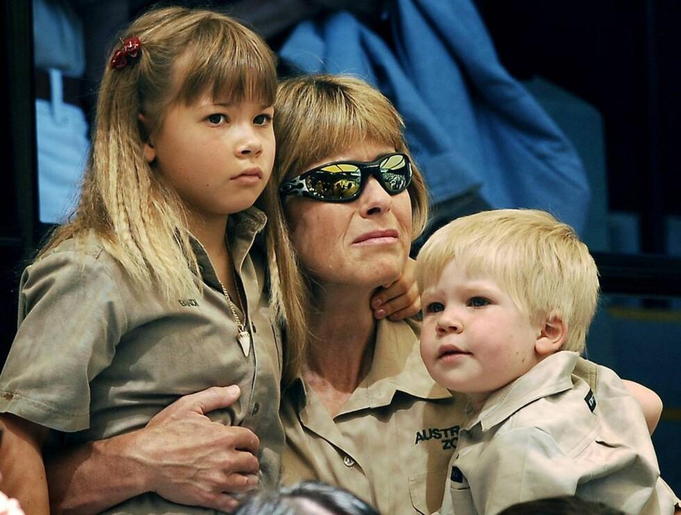 FAMILIEN: Steves enke Terri har gått god for at ikke bare australienerne kan få deres egen Irwin-dukke. Foto: AP/Scanpix