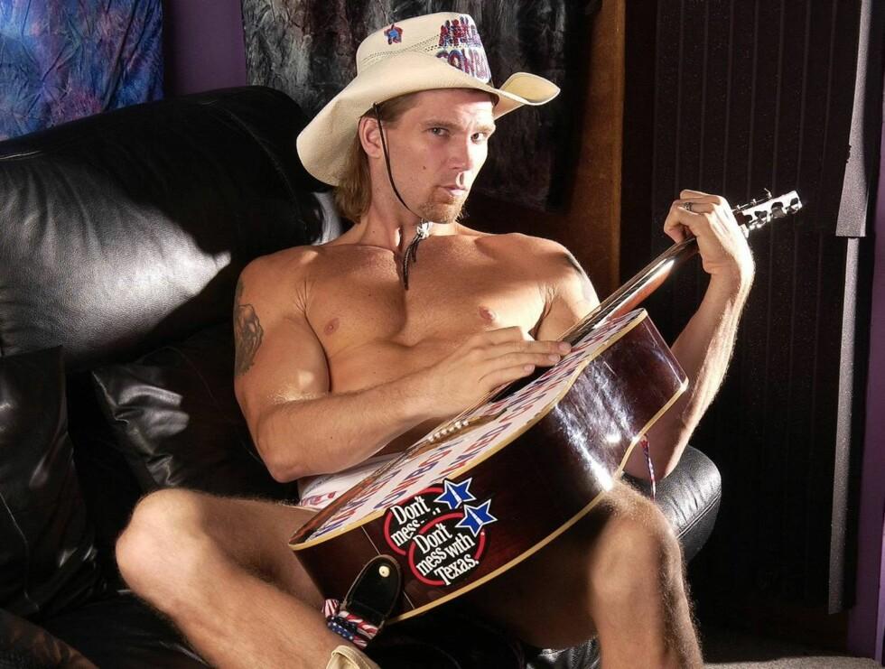 NAKED COWBOY: Robert John Burck har blitt kjent ved å spille i underbuksa. Foto: AP