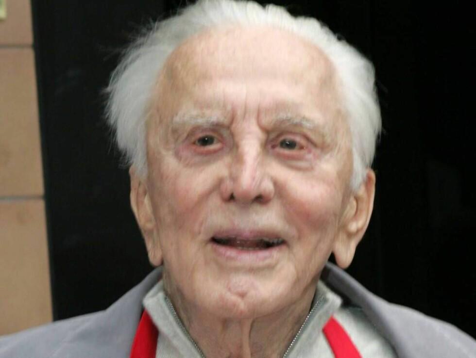 HABEN SIE ANGST?: Det mangler ikke på skandaler når 90 år gamle Kirk Dogulas skriver bok. Foto: All Over Press