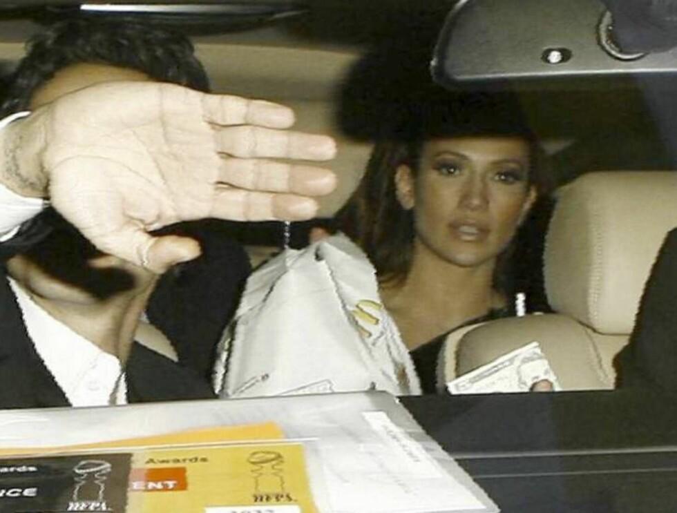 -EN BIGMAC, TAKK: J-Lo var tydelig fornøyd etter å ha fått burgeren sin, men Marc Anthony var ikke like blid. Kanskje han var på slankekur? Foto: All Over Press