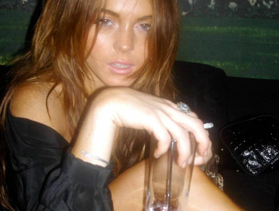 I KJENT STIL: Uten røyk og drikke, duger Lindsay ikke! Foto: All Over Press