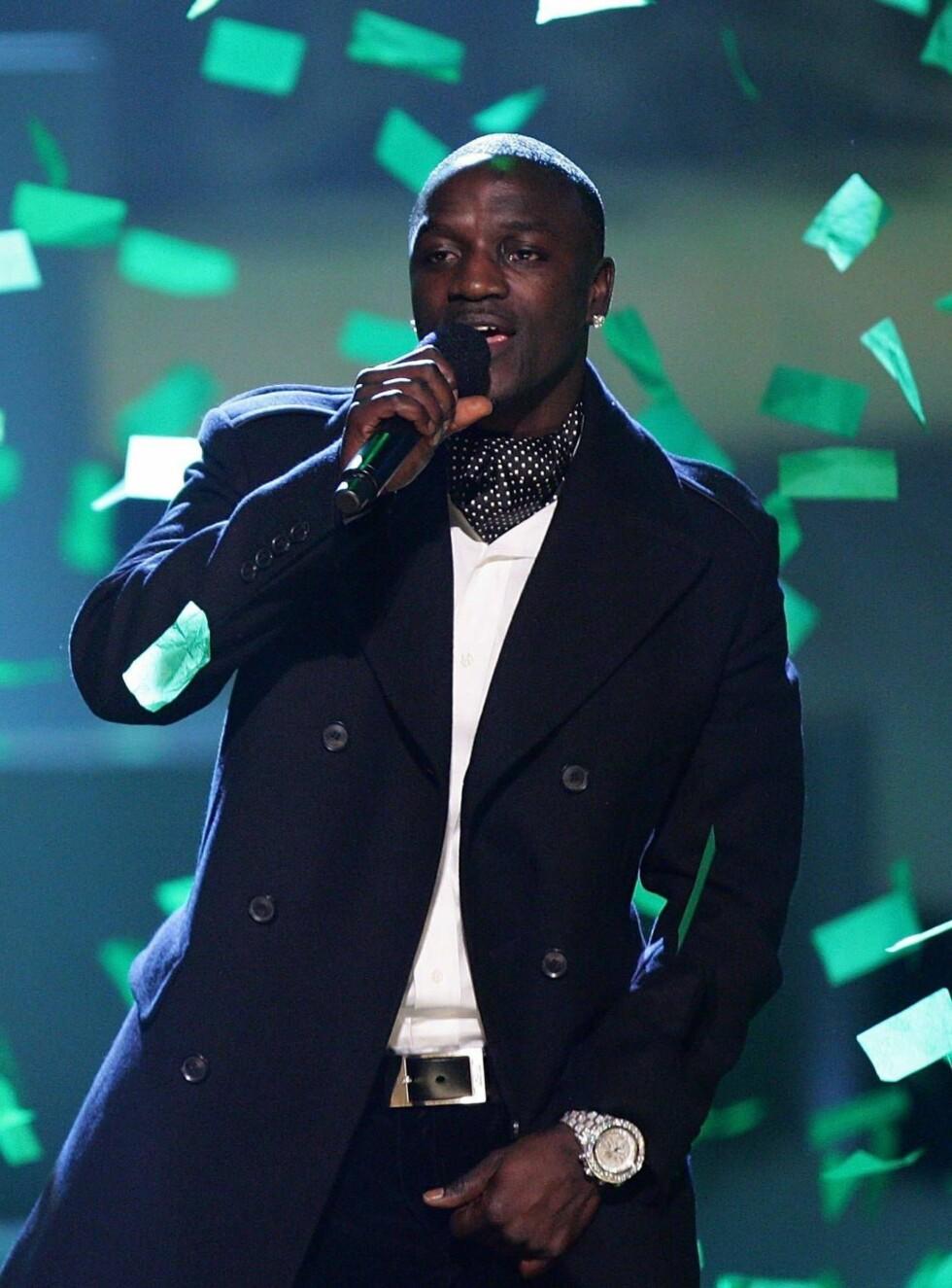 SJEKKER STILLINGEN: Akon med et godt grep om sin favorittdel av kroppen. Foto: All Over Press