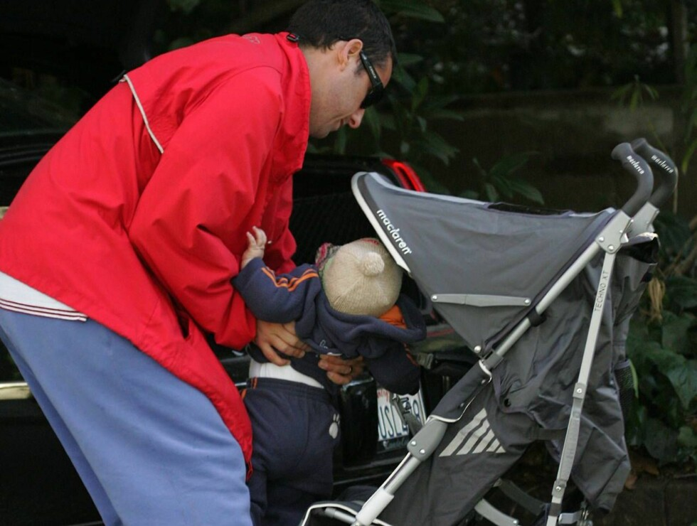 Los Angeles  2007-01-21  Adam Sandler takes his baby girl, Lola, for a stroll  in Los Angeles. When it's time to put Lola in the back seat for the trip home.  Picture:  Lola Sandler, Adam Sandler   Photo: Fame Pictures  Code: 4002  COPYRIGHT STELLA PICTUR Foto: Stella Pictures