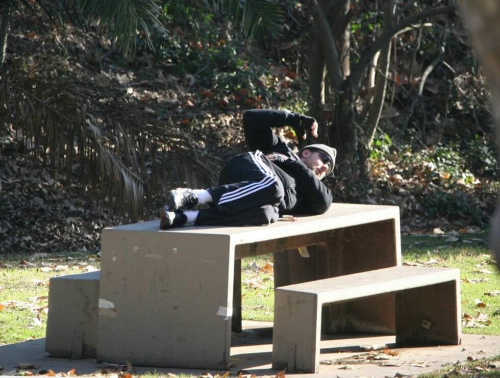 TRIM: Det var ingen som forventet å finne selveste Russel Crowe liggende på benken så tidlig ... Foto: STELLA PICTURES