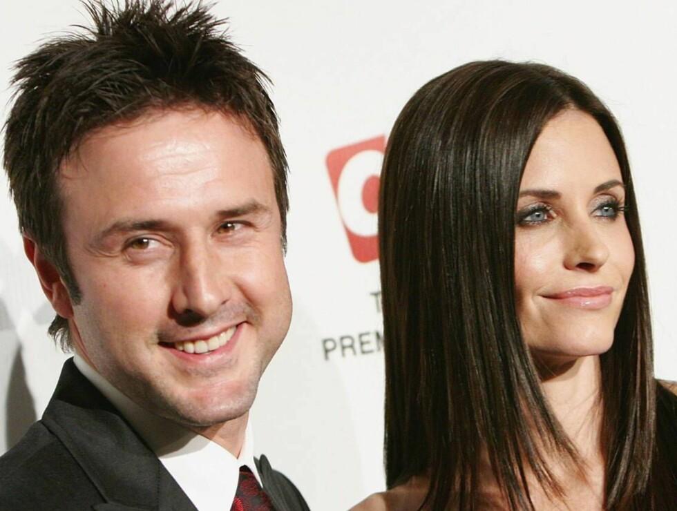 STØTTER VENNINNEN: David Arquette og Cortney Cox gir venninnen Jennifer Aniston god støtte... Foto: All Over Press