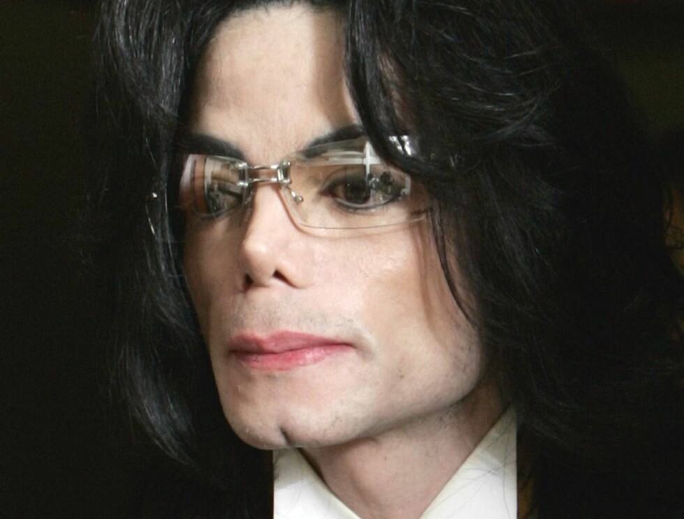 PENGEKRANGEL: Michael Jackson sitter i saksa nok en gang... Nå anklages han for å skylde et apotek over en halv million kroner i ubetalte medisiner! Foto: AP/Scanpix