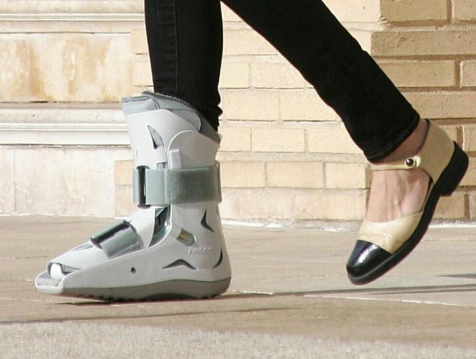 NY STIL: Kanskje liker Kimberly sin nye stil så godt at hun fortsetter å bruke støvelen når beinet er leget? Foto: Stella Pictures