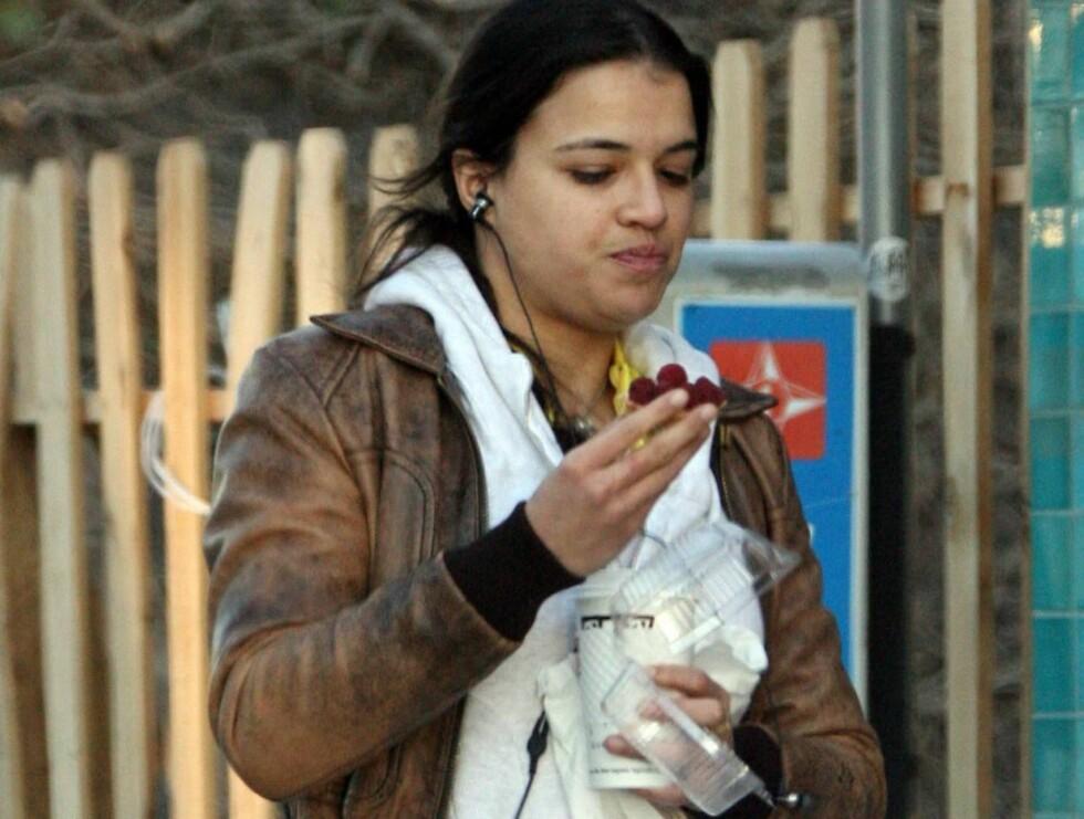 IKKE I TOPPFORM: En forsoffen Michelle klarer ikke å stoppe småspisingen. Men denne gangen går det heldigvis bare i druer... Foto: Stella Pictures