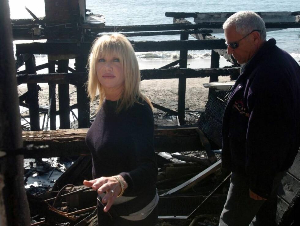 MISTET HJEMMET: Suzanne Somers og ektemannen Alan Hamel kom hjem til en branntomt. Foto: AP