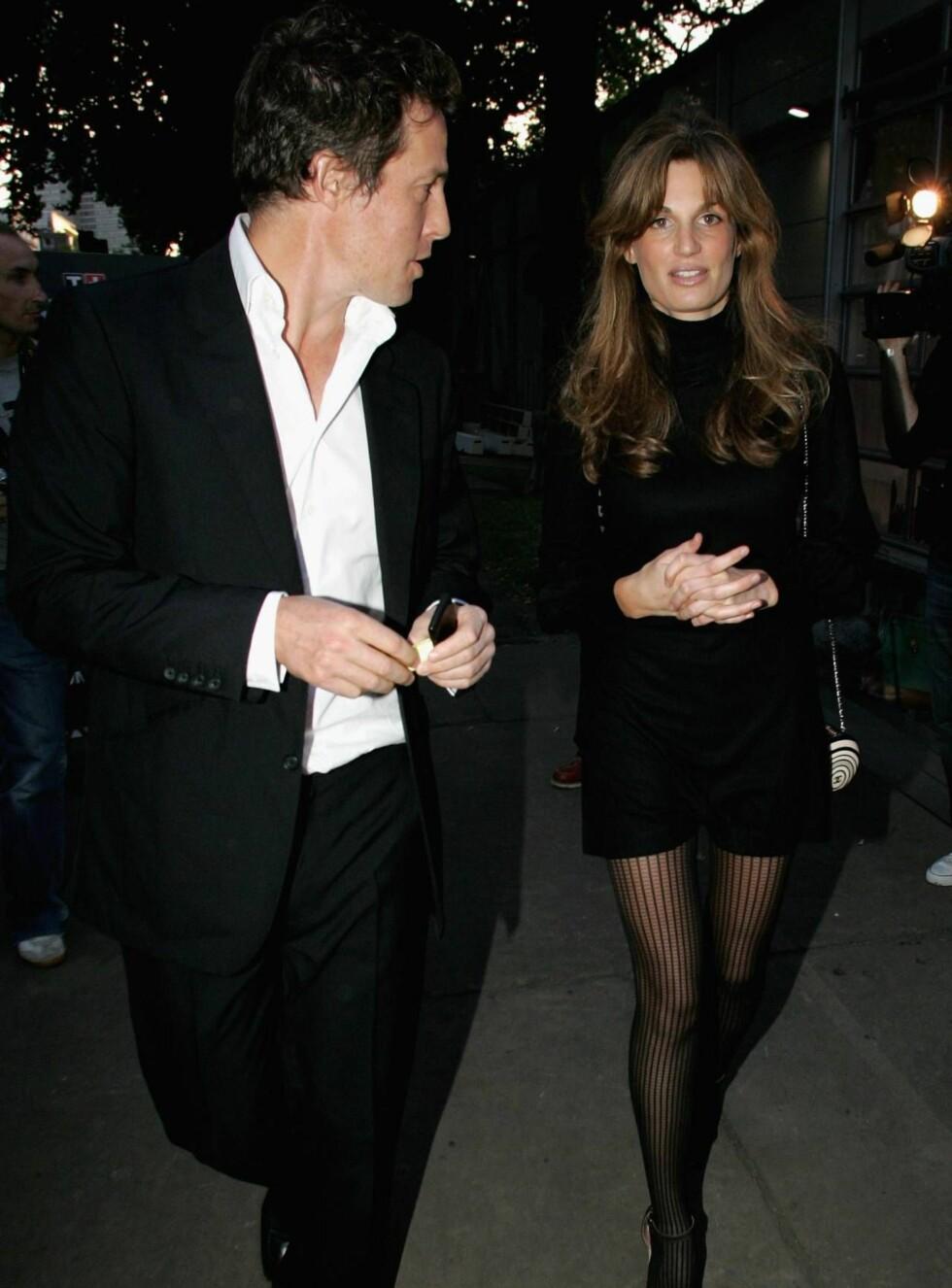 FORLOVET?: Ifølge ryktene skal Hugh ha fridd til kjæresten Jemima Khan i fjor. Foto: All Over Press