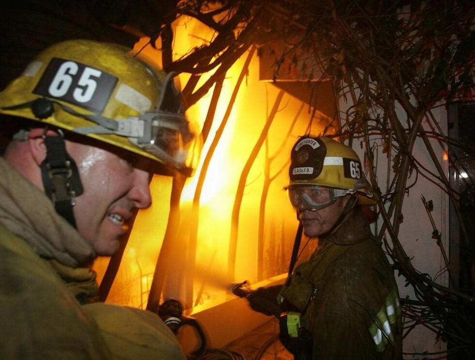 STORBRANN: 300 brannmenn jobber på spreng med å slukke flammene. Foto: AP