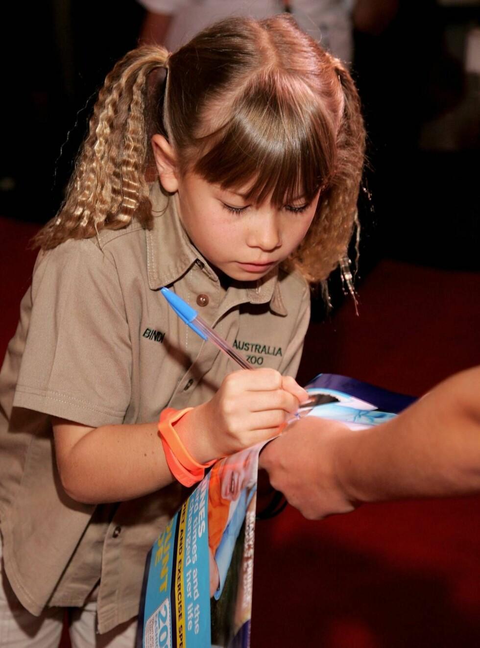 MEDIEVANT: Bindi er allerede stor stjerne i hjemlandet Australia og skriver ofte autografer. Foto: All Over Press