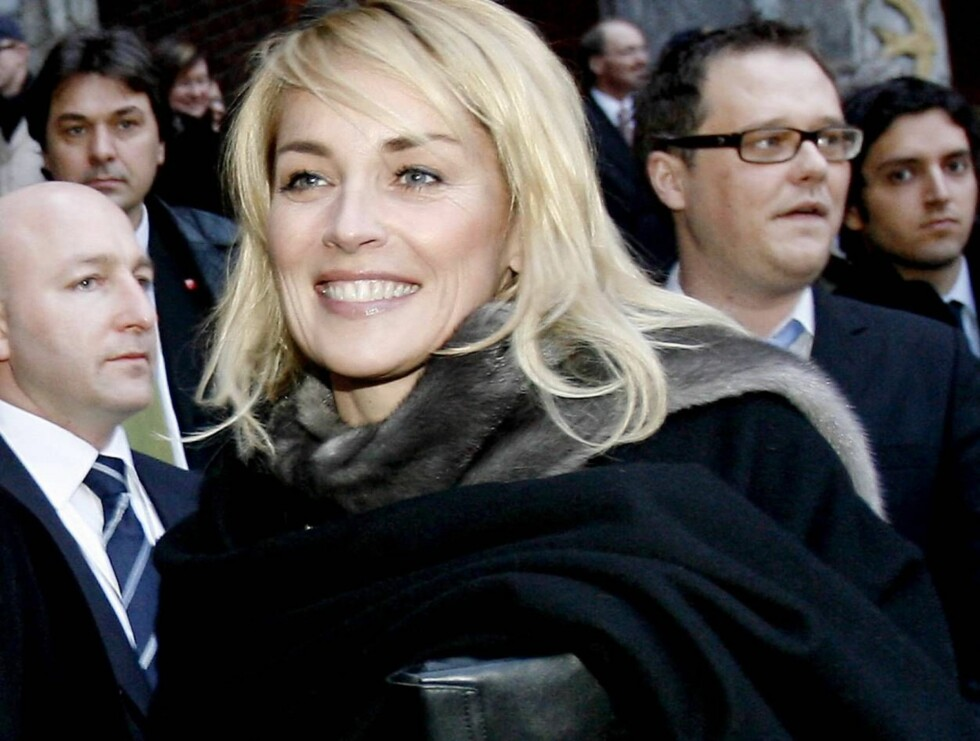NORSKE TØFLER: Sharon Stone elsker Norge og kjøpte med seg norske strikketøfler hjem... Foto: SCANPIX