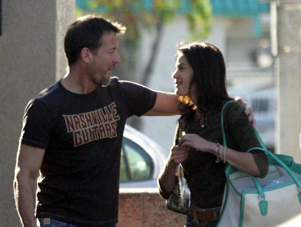 VENNER?: James Denton har vært gift med sin Erin O Brien i  over fem år. Teri er derimot ganske så singel ... Foto: Stella Pictures