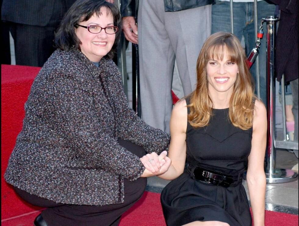 STOLT MOR: Moren Judy var den første til å gratulere Hilary med æresbevisningen. Foto: Stella Pictures