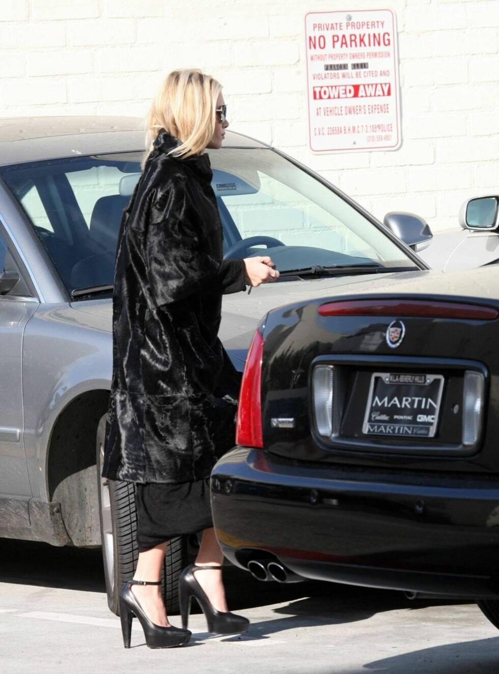 FINE KJØRESKO: Ashley har feilparkert bilen, men hvordan i huleste flytter man et kjøretøy med disse hælene? Foto: All Over Press
